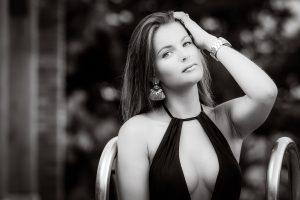 portretfotografie bikini zwembad zwart-wit